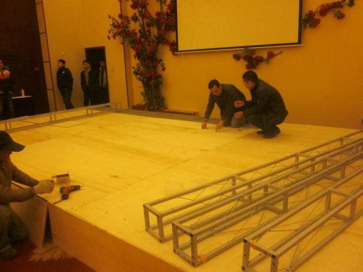 下午1点,工人们开始了紧张的工作,首先是搭建舞台
