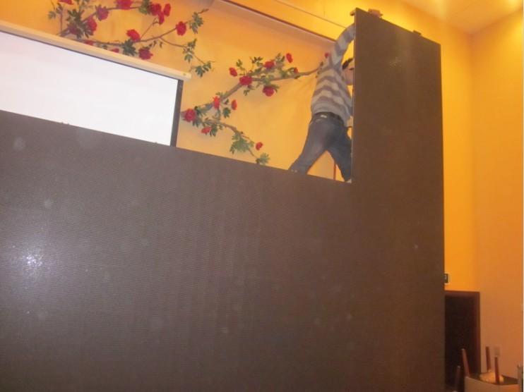 舞台搭建完毕,在舞台上安装led大屏幕