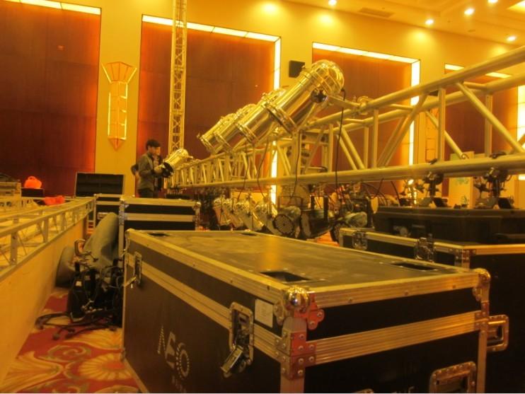 舞台前1.5米处起truss架,开始安装led灯和筒灯